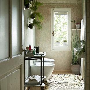 Идея дизайна: маленький туалет в стиле кантри с зелеными стенами, светлым паркетным полом, инсталляцией, подвесной раковиной и бежевым полом