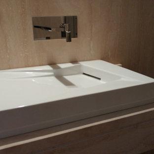Foto di un bagno di servizio minimalista di medie dimensioni con piastrelle grigie, parquet chiaro e top in travertino