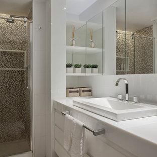 Пример оригинального дизайна: туалет в стиле модернизм с открытыми фасадами, светлыми деревянными фасадами, раздельным унитазом, белой плиткой, белыми стенами, полом из керамогранита, раковиной с несколькими смесителями, столешницей из искусственного кварца, бежевым полом и белой столешницей
