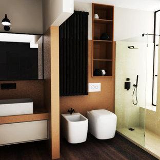 ミラノの小さいミッドセンチュリースタイルのおしゃれなトイレ・洗面所 (フラットパネル扉のキャビネット、ベージュのキャビネット、黄色い壁、濃色無垢フローリング、木製洗面台、茶色い床、ピンクの洗面カウンター、フローティング洗面台) の写真