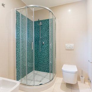 ミラノの小さいラスティックスタイルのおしゃれなトイレ・洗面所 (青いタイル、白い床) の写真