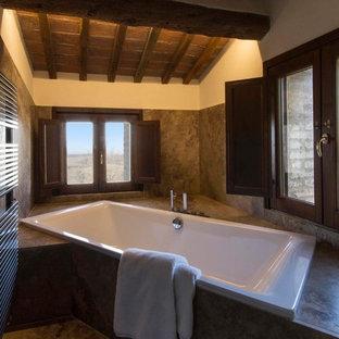 Idée de décoration pour un WC et toilettes champêtre de taille moyenne avec un carrelage marron, du carrelage en travertin, un mur blanc, un sol en travertin, un plan de toilette en travertin, un sol marron et un plan de toilette marron.