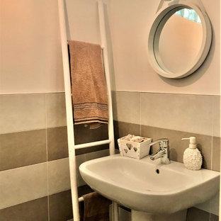 Foto de aseo romántico, pequeño, con baldosas y/o azulejos rosa, baldosas y/o azulejos de porcelana, paredes rosas, suelo de baldosas de porcelana, lavabo suspendido y suelo gris