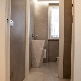 Inspiration pour un petit WC et toilettes minimaliste avec des portes de placard blanches, un WC séparé, un carrelage gris, des carreaux de béton, un mur gris, un sol en carrelage de porcelaine, un lavabo de ferme, un plan de toilette en marbre, un sol gris et un plan de toilette blanc.