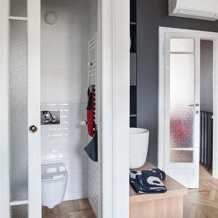 Immagine di un bagno di servizio contemporaneo con ante in legno scuro, WC sospeso, piastrelle bianche, piastrelle diamantate, pareti bianche, parquet chiaro, lavabo a bacinella, top in legno, pavimento beige e top marrone
