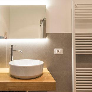 Ispirazione per un bagno di servizio design di medie dimensioni con WC a due pezzi, piastrelle grigie, piastrelle di cemento, pareti bianche, parquet chiaro, lavabo a bacinella, top in legno, pavimento giallo e top giallo