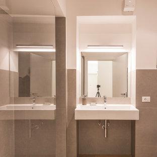 Idee per un bagno di servizio contemporaneo di medie dimensioni con WC a due pezzi, piastrelle grigie, piastrelle di cemento, pareti bianche, parquet chiaro, lavabo sospeso, top in legno, pavimento giallo e top giallo