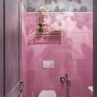 Idées déco pour un petit WC et toilettes éclectique avec un carrelage rose, des carreaux de céramique, un mur gris, un sol en carrelage de terre cuite, un sol rose et un WC séparé.