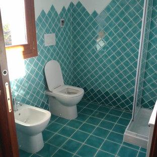 Стильный дизайн: туалет в морском стиле с фасадами с филенкой типа жалюзи, унитазом-моноблоком, зеленой плиткой, керамической плиткой, белыми стенами, полом из керамической плитки, монолитной раковиной, зеленым полом и белыми фасадами - последний тренд