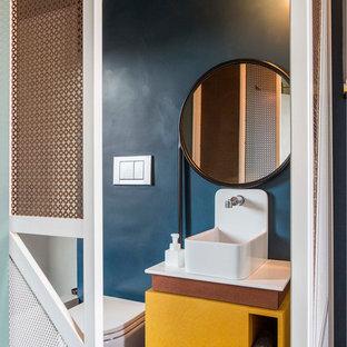 Ispirazione per un piccolo bagno di servizio minimalista con WC sospeso e pareti blu