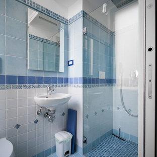 Aménagement d'un petit WC et toilettes moderne avec un WC suspendu, des carreaux de céramique, un mur blanc, un sol en carrelage de porcelaine, un lavabo suspendu et un sol turquoise.