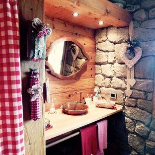 На фото: туалет среднего размера в стиле рустика с открытыми фасадами, светлыми деревянными фасадами, плиткой из листового камня, синими стенами, светлым паркетным полом, настольной раковиной и столешницей из дерева с