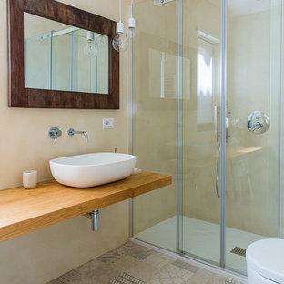 Exemple d'un WC et toilettes tendance de taille moyenne avec des portes de placard en bois clair, un WC séparé, un carrelage beige, un mur beige, un sol en carreaux de ciment, une vasque, un sol beige et un plan de toilette jaune.