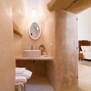 Idee per un bagno di servizio stile americano con pareti beige, lavabo a bacinella e pavimento beige