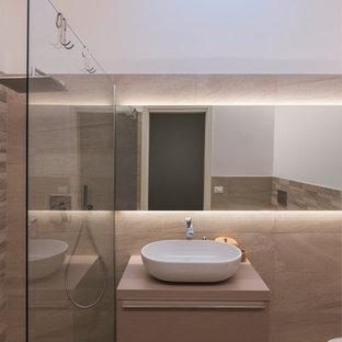 Idee per un bagno di servizio minimal di medie dimensioni con ante lisce, ante beige, WC a due pezzi, piastrelle beige, piastrelle in gres porcellanato, pareti beige, pavimento in gres porcellanato, lavabo a bacinella, top in cemento, pavimento beige e top beige
