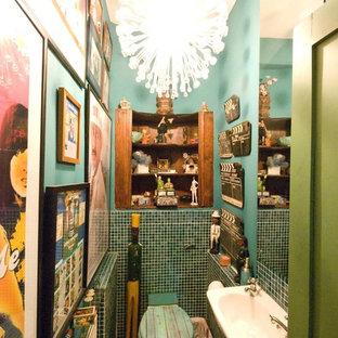 На фото: маленький туалет в стиле фьюжн с открытыми фасадами, светлыми деревянными фасадами, унитазом-моноблоком, зеленой плиткой, плиткой мозаикой, зелеными стенами, светлым паркетным полом и подвесной раковиной