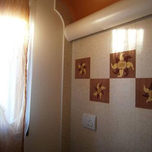 Diseño de aseo actual, de tamaño medio, con armarios con paneles lisos, puertas de armario de madera en tonos medios, sanitario de dos piezas, baldosas y/o azulejos de terracota, paredes blancas, suelo de terrazo, lavabo sobreencimera, encimera de madera, suelo beige y encimeras marrones