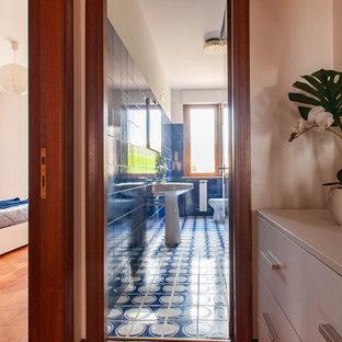 Ejemplo de aseo retro, de tamaño medio, con baldosas y/o azulejos azules