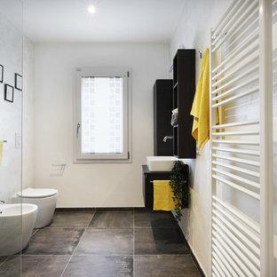 Réalisation d'un WC et toilettes urbain de taille moyenne avec un placard sans porte, des portes de placard marrons, un WC séparé, un carrelage beige, un mur beige, un sol en carrelage de porcelaine, une vasque, un plan de toilette en stratifié, un sol gris et un plan de toilette marron.
