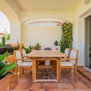 Свежая идея для дизайна: балкон и лоджия среднего размера в средиземноморском стиле с навесом - отличное фото интерьера