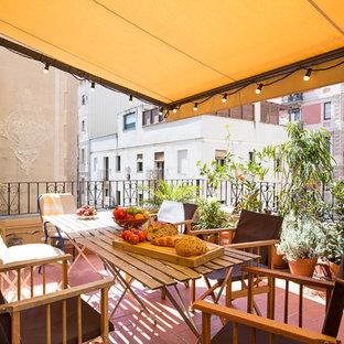 バルセロナの中サイズの地中海スタイルのおしゃれなベランダ・バルコニー (オーニング・日よけ) の写真