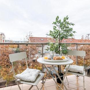 Imagen de balcones escandinavo, pequeño, sin cubierta, con barandilla de vidrio