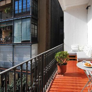 Пример оригинального дизайна: маленький балкон и лоджия в средиземноморском стиле с навесом в квартире