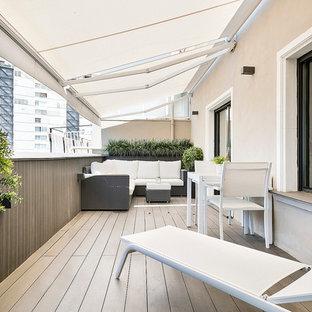 Imagen de balcones minimalista, de tamaño medio, con toldo y jardín de macetas