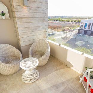 Ispirazione per terrazze e balconi design di medie dimensioni con un tetto a sbalzo
