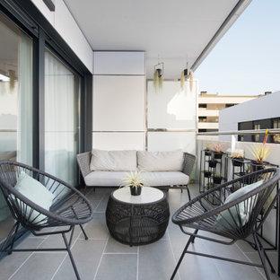 Diseño de balcones escandinavo, de tamaño medio, en anexo de casas, con barandilla de varios materiales