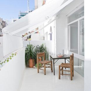 Imagen de balcones actual, pequeño, con toldo