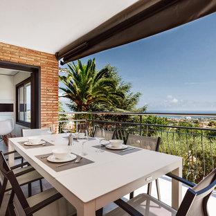 Modelo de balcones contemporáneo, en anexo de casas, con barandilla de metal y privacidad