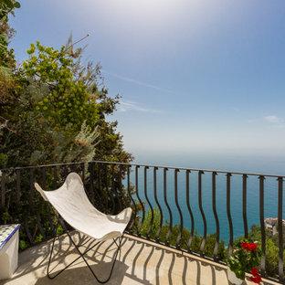 Foto di un balcone mediterraneo con nessuna copertura e parapetto in metallo