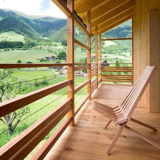 Ispirazione per piccoli terrazze e balconi rustici con un tetto a sbalzo