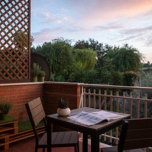 Cette photo montre un balcon moderne de taille moyenne et d'appartement avec une extension de toiture et un garde-corps en matériaux mixtes.