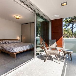 Idee per terrazze e balconi minimalisti con un tetto a sbalzo e parapetto in vetro