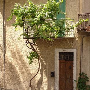 Cette photo montre un balcon méditerranéen avec une extension de toiture.