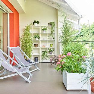 Idee per terrazze e balconi country di medie dimensioni con un tetto a sbalzo, parapetto in metallo e un giardino in vaso