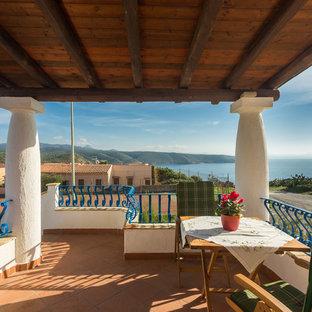 Immagine di terrazze e balconi mediterranei di medie dimensioni con una pergola