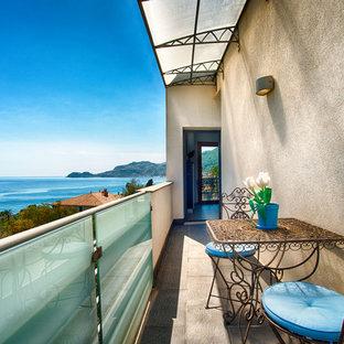 Ispirazione per un piccolo balcone mediterraneo con un parasole
