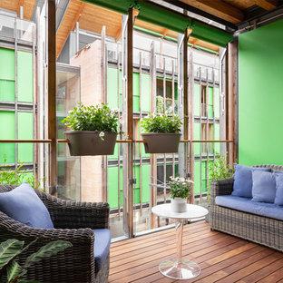 Idee per terrazze e balconi country di medie dimensioni con un giardino in vaso e un tetto a sbalzo