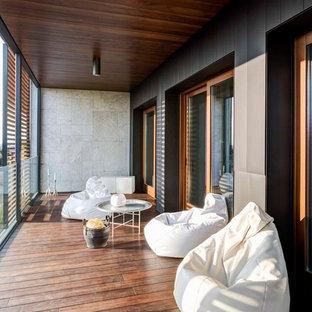 Стильный дизайн: балкон и лоджия среднего размера в современном стиле с перегородкой для приватности - последний тренд