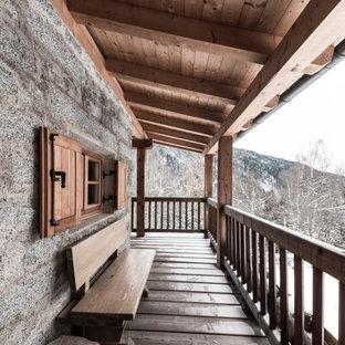 Esempio di terrazze e balconi rustici con un parasole