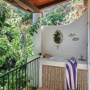 Ispirazione per terrazze e balconi mediterranei con un tetto a sbalzo e parapetto in metallo