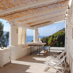 Immagine di terrazze e balconi stile marino di medie dimensioni con una pergola