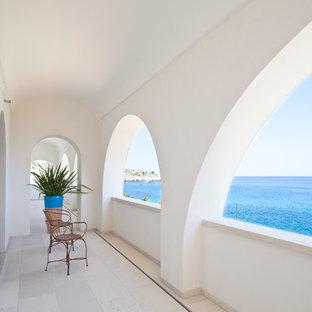 Ispirazione per terrazze e balconi mediterranei di medie dimensioni con un tetto a sbalzo