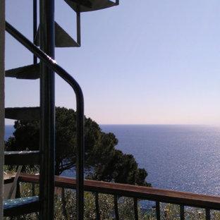 Стильный дизайн: балкон и лоджия среднего размера в средиземноморском стиле с деревянными перилами - последний тренд