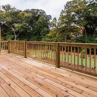 На фото: пергола на балконе среднего размера в классическом стиле с растениями в контейнерах и деревянными перилами