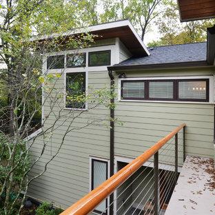Идея дизайна: балкон и лоджия в стиле ретро с деревянными перилами