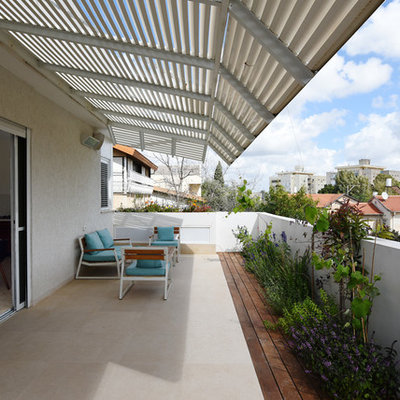 Example of a trendy balcony design in Tel Aviv with an awning